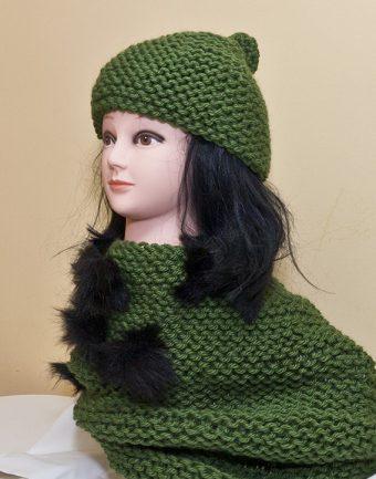 Gorro y Cuello Verde Oliva con Pompones Negros Chiguita